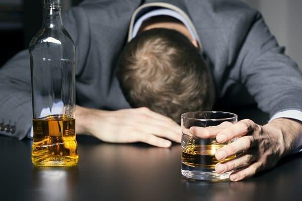 Rượu có thể làm nặng hơn tình trạng đau đầu cụm