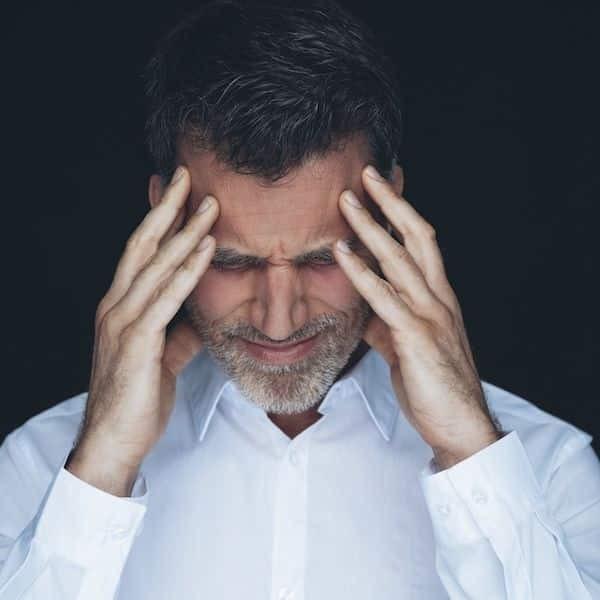 Đau đầu là một trong những triệu chứng của bệnh