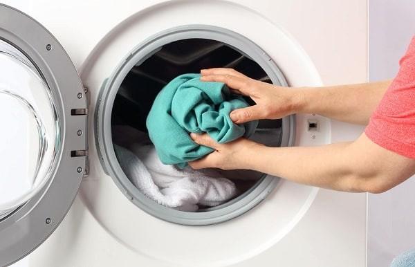 Bạn nên giặt nước nóng và sấy khô để diệt rận và trứng rận cơ thể