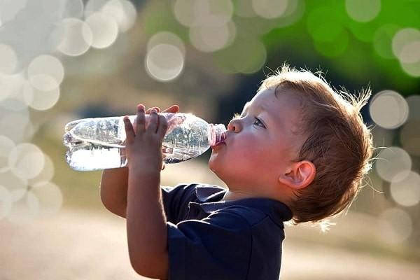 Trẻ nên bổ sung đầy đủ nước hàng ngày
