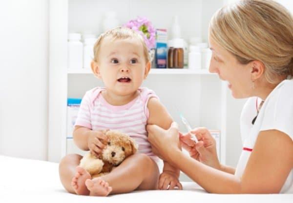 Trẻ bị sốt do tiêm ngừa