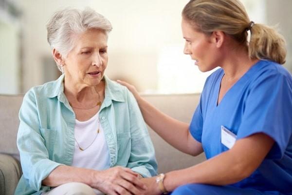 Bệnh Alzheimer cũng có một số biểu hiện tương tự như bệnh thoái hóa vỏ não hạch nền