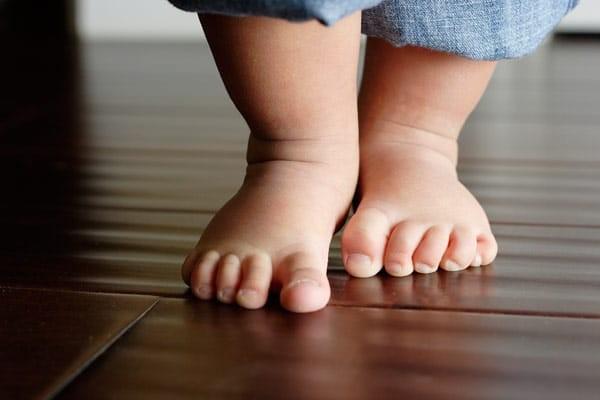 Con tập đi bằng chân trần sẽ tốt hơn