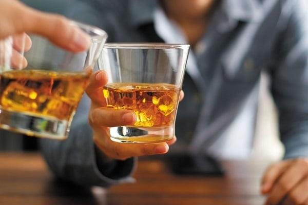 Uống rượu nhiều làm tăng nguy cơ viêm tụy, từ đó tăng khả năng có nang giả tụy