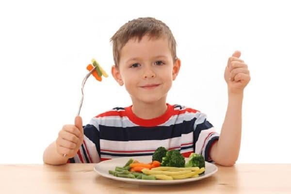 tập cho trẻ ăn rau và trái cây