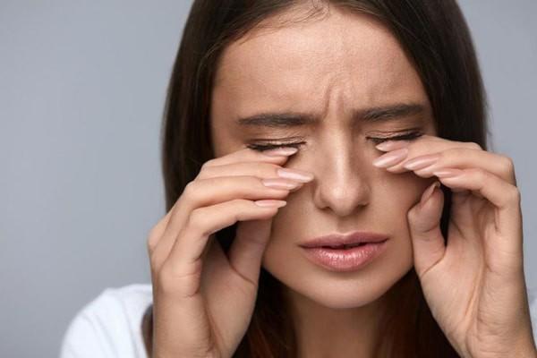 Dụi mắt quá nhiều có thể là một nguyên nhân gây giác mạc hình chóp