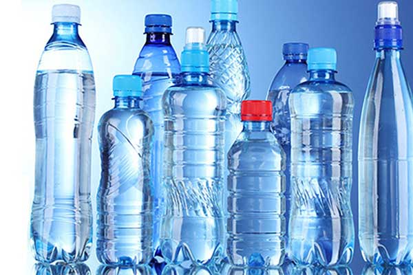 Luôn sử dụng nước đóng chai khi đi du lịch