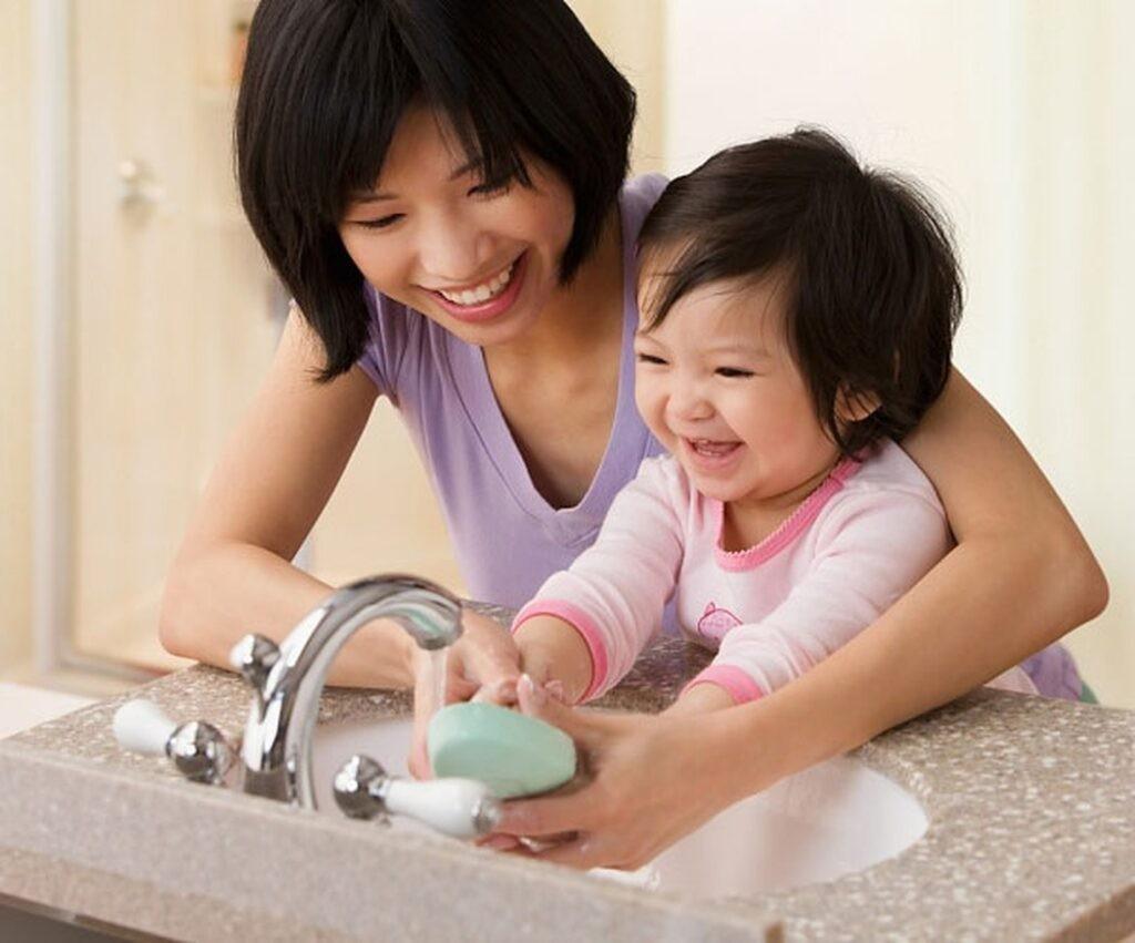 tập rửa tay để phòng tránh viêm họng ở trẻ em
