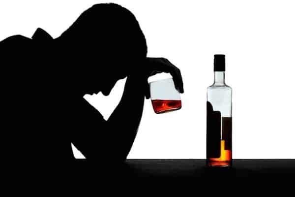 Nếu cố gắng dùng rượu để giảm bớt trầm cảm nam giới, bạn cần báo cho bác sĩ