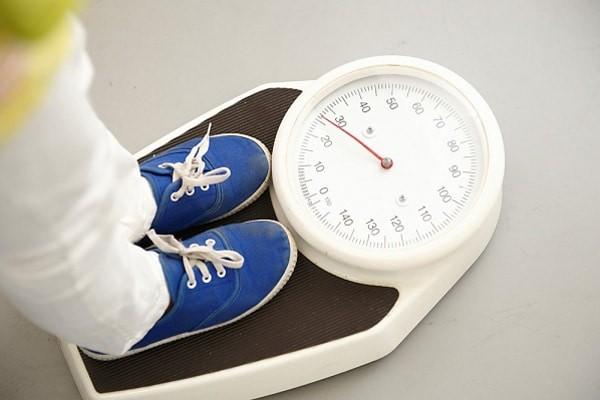 Nếu trẻ bị đầy hơi dẫn đến không tăng cân, ba mẹ cần đưa con đi khám