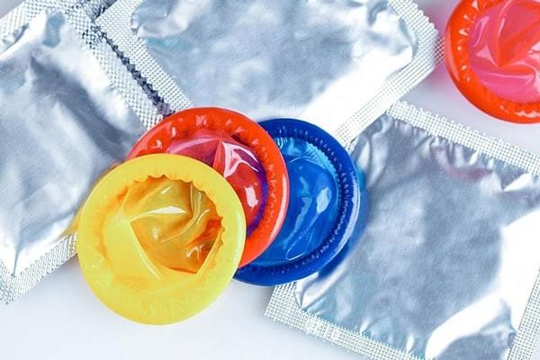 Sử dụng bao cao su khi quan hệ tình dục để phòng tránh các bệnh lây truyền qua đường tình dục