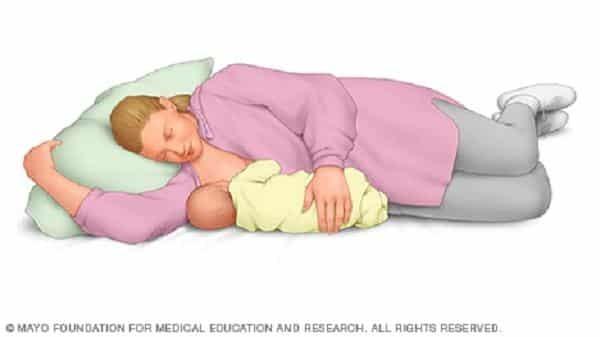 Mẹ cũng có thể cho con bú khi nằm
