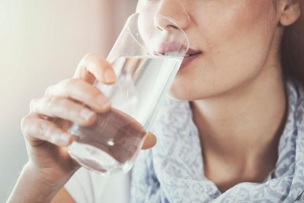 Nên uống nhiều nước sau khi dùng thuốc.