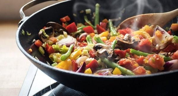 Luôn ăn những thực phẩm đã được nấu chín kĩ để tránh đau bụng và tiêu chảy