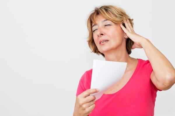 Các cơn bốc hoả gây khó chịu cho phụ nữ