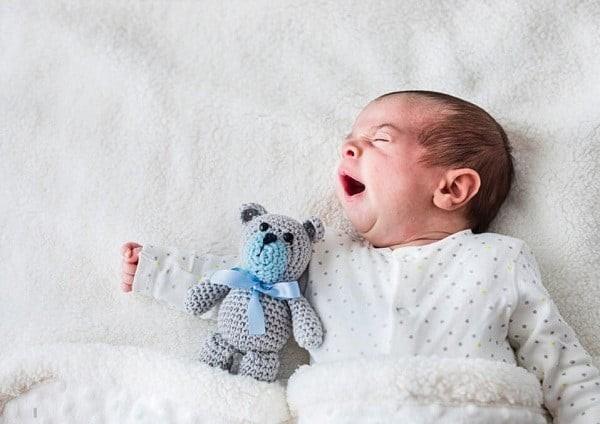 Đôi khi trẻ ngủ ngáy do dị ứng với bụi từ chăn mền hay đồ chơi