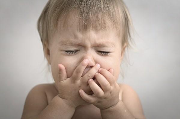 Trẻ sơ sinh- nhũ nhi mắc bệnh Krabbe trở nên quấy khóc, li bì và nôn ói