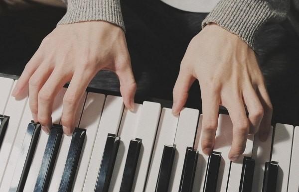 Bàn tay thực hiện được các chức năng tinh vi như đánh đàn