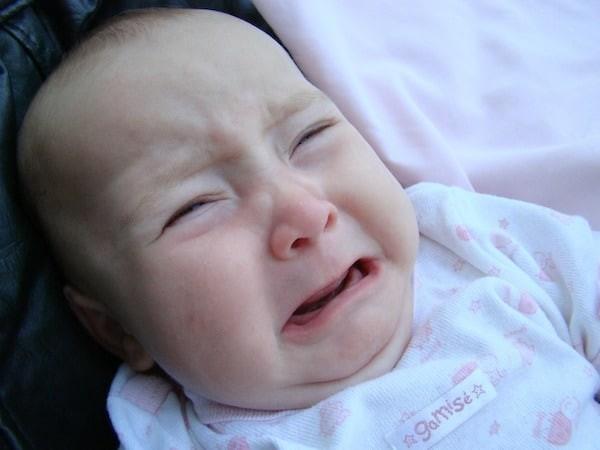 Trẻ em quấy khóc liên tục và khó vỗ có thể là dấu hiệu mất nước