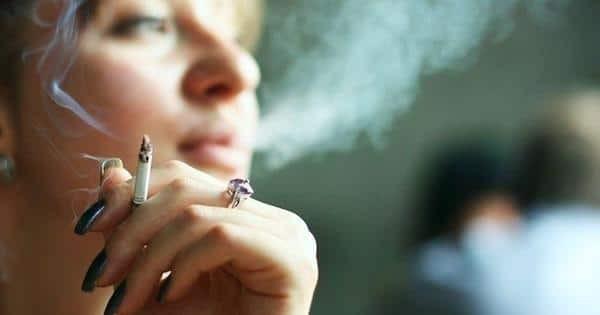 Phụ nữ hút thuốc tăng nguy cơ bị các cơn bốc hoả