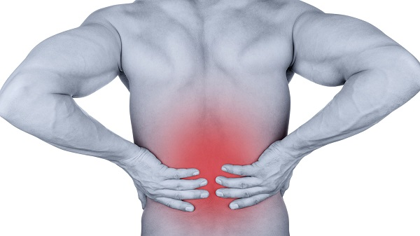 Đau lưng và cứng cột sống là triệu chứng thường gặp của hội chứng tăng tạo xương lan tỏa nguyên phát