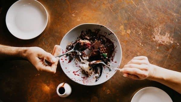 Ăn chung, dùng chung dụng cụ ăn uống có thể lây truyền norovirus