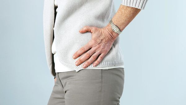 Đau đa cơ dạng thấp thường gây đau và cứng cơ vùng hông, vai