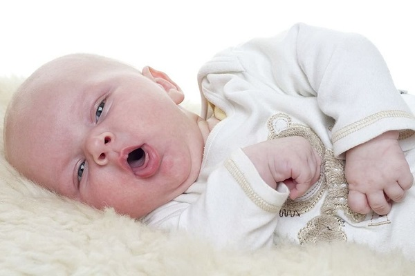 Trẻ sơ sinh nằm điều hòa bị cảm lạnh