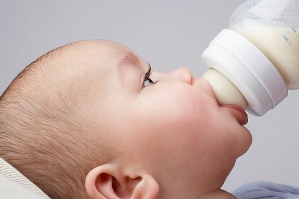 Cho bé bú bình khi mẹ mắc các bệnh truyền nhiễm