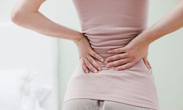 Đau ở lưng hoặc bên hông là  triệu chứng của tình trạng nhiễm trùng đường tiết niệu