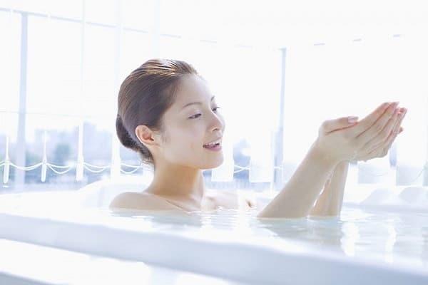 Nhổ lông mày sau khi tắm nước ấm