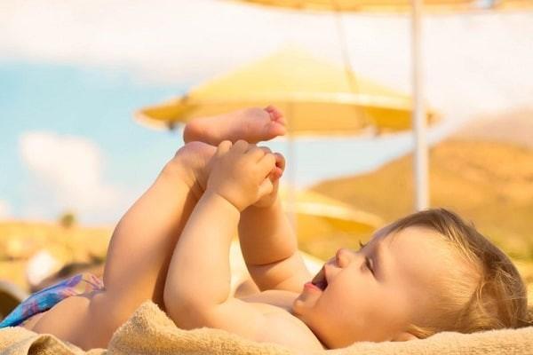 Tắm nắng cho trẻ