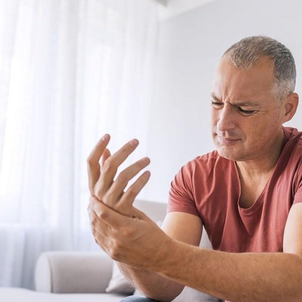 Bàn tay và khớp có thể là nơi biểu hiện đầu tiên của bệnh mô liên kết hỗn hợp