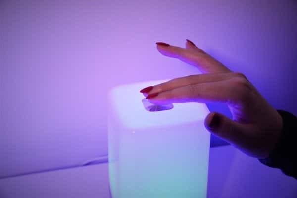 Hãy mở đèn để tránh nguy cơ té ngã vào ban đêm