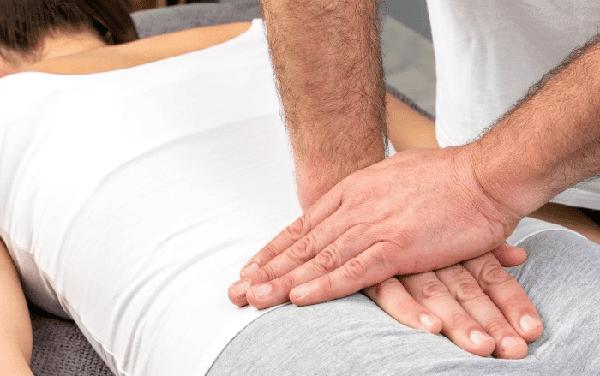 Biểu hiện điển hình của chứng đau nhức xương đuôi là cơn đau khu trú tại đây