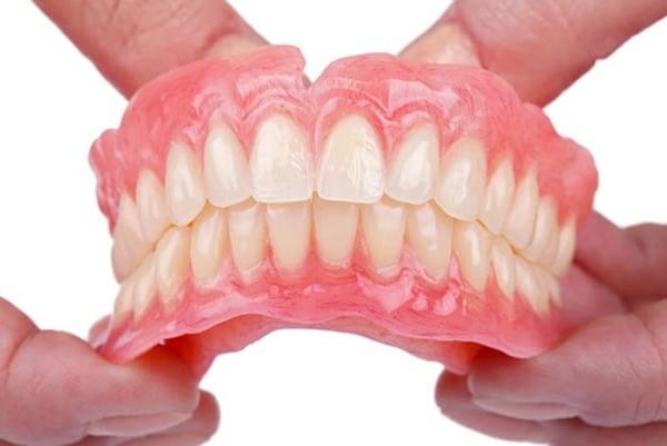 Nên báo nha sĩ/bác sĩ nếu nguyên nhân gây chảy máu chân răng là do hàm giả