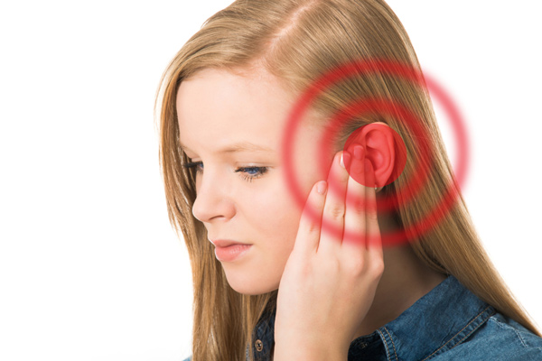 Khi đau quai hàm, bạn có thể nghe thấy những tiếng ù trong tai