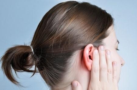 Người bệnh có thể cảm thấy ù hay đầy tai
