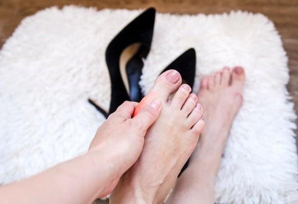 Mang giày cao gót nguy cơ biến dạng ngón chân cái