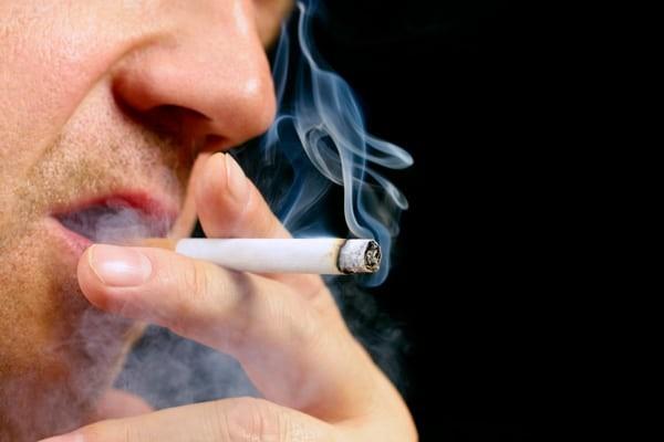 Hút thuốc cũng có thể khiến miệng có vị mặn
