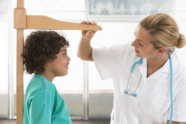Trẻ thiếu hormone tăng trưởng có chiều cao thấp hơn trung bình so với tuổi