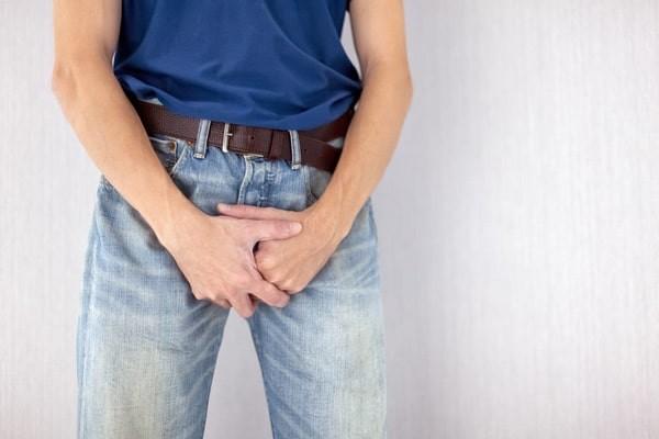 Tình trạng nổi mụn ở tinh hoàn khiến nam giới khó chịu