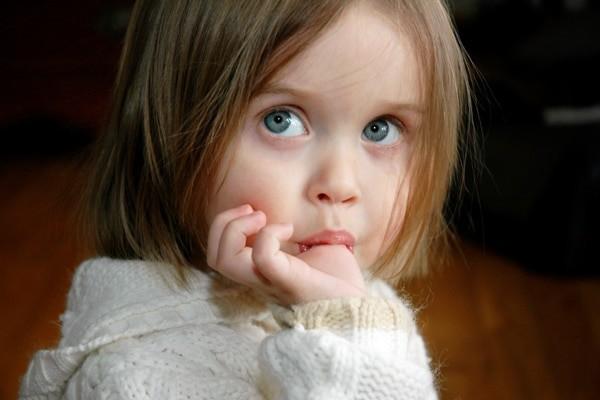 Thói quen mút ngón tay có thể góp phần khiến răng mọc lệch