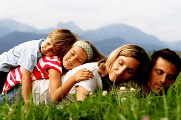 Gia đình hoặc bạn bè có thể hỗ trợ bệnh nhân bị chứng Dysathria tập nói