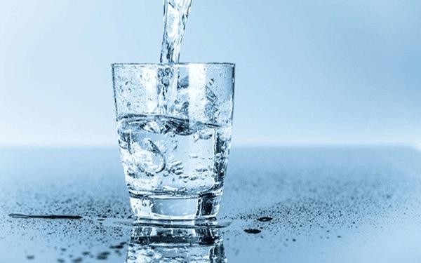 Uống đủ nước để giảm nồng độ canxi trong máu