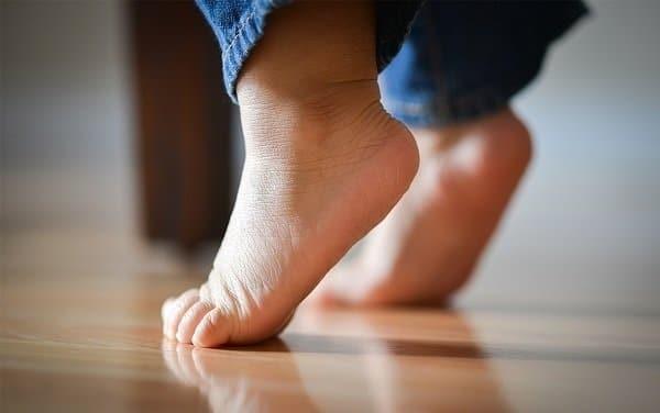 Trẻ đi nhón chân