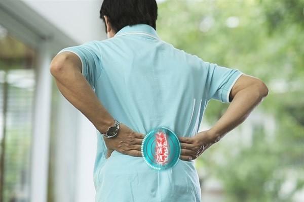 Đau thắt lưng là triệu chứng thường gặp