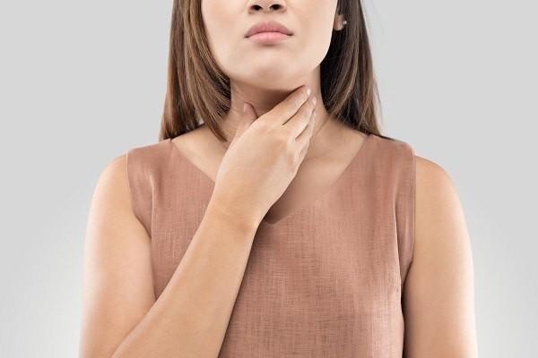 Đau họng là một trong những triệu chứng hay gặp của cúm gia cầm
