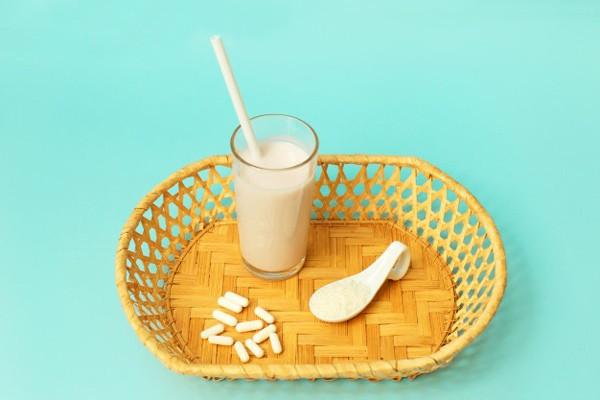 Có thể uống thuốc với sữa hoặc nước