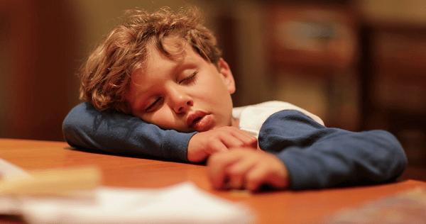 Trẻ có thể có biểu hiện dễ mệt mỏi, đặc biệt là khi vận động